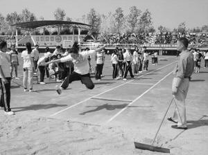 常德淮阳中学举行了第十一届田径运动会.来自初中和高中部